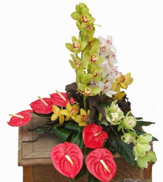 סידור פרחים מעוצב מסחלבים ופרחי אנטוריו