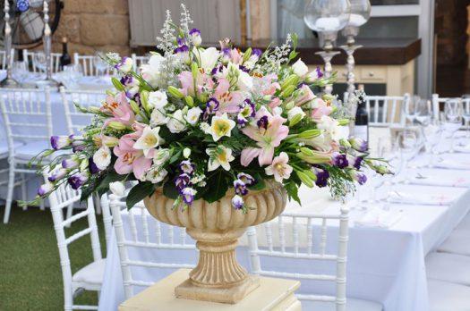 סידור פרחים על גביע רומי גדול