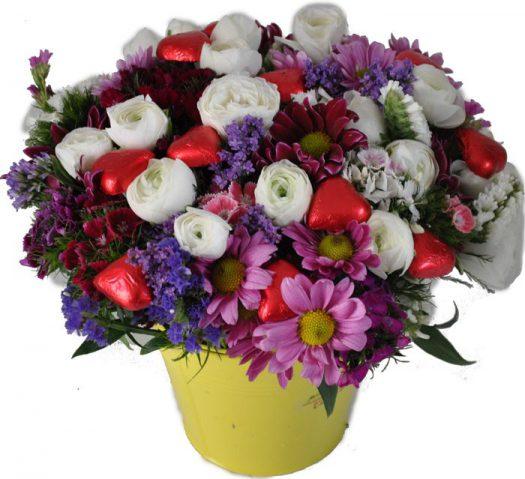 סידור פרחים ולבבות שוקולד