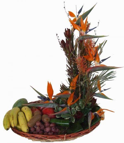 סידור פרחים מעוצב מפרחי גן עדן ופירות עונה בסלסלה גדולה ונחמדה