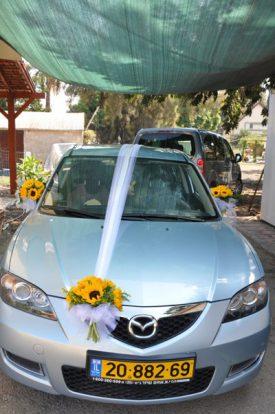 קישוט רכב עם פרחים