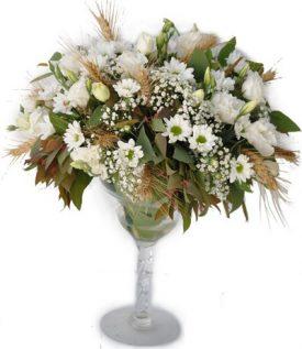 זר פרחים בצבעים לבנים באגרטל