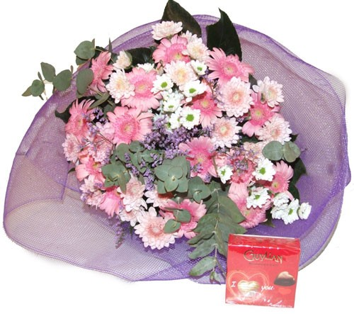 זר פרחים ורוד ושוקלד בלגי לבבות