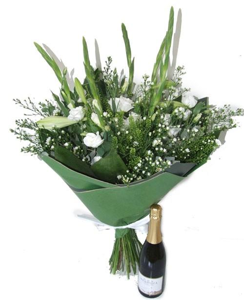 זר פרחים לבן ושמפניה