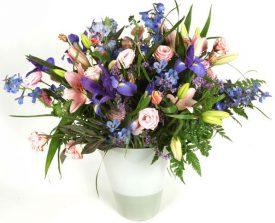 זר פרחים בצבעים סגול ורוד לבן
