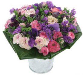 זר פרחים מעוצב כלניות נוריות ועדעד