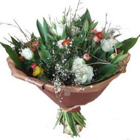 זר פרחים המעוצב מרותם נוריות וליזיאנטוס