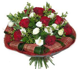 זר פרחים בצבע אדום לבן מורדים וליזיאנטוס