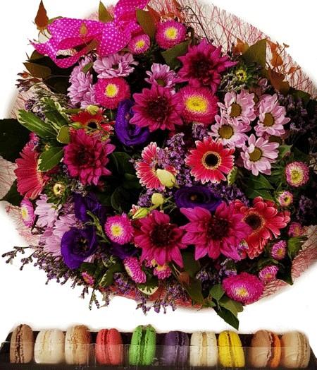 זר פרחים ומקרונים