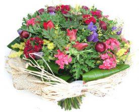 זר פרחים ססגוני מעוצב מכלניות ונוריות