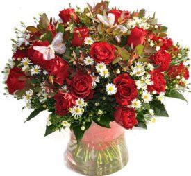 זר פרחים מוורדים בצבע בורדו