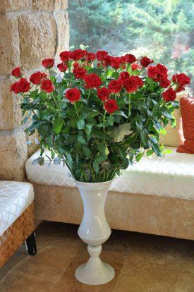 זר ורדים ענק באגרטל מיוחד