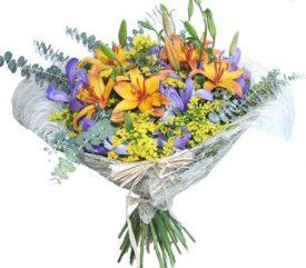 זר פרחים מעוצב מליליות ואירוסים